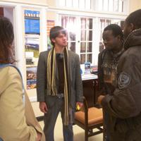 Um participante do Programa Ciência sem Fronteiras (CSF), Tomás Souto de Carvalho, recebe seus pais nos Estados Unidos e conversa com seus colegas internacionais da Nigéria. Da esquerda para a direita: pais de Tomás (Edson e Debbie), Tomás, Taiwo Orogbangba e Kehinde Orogbangba.