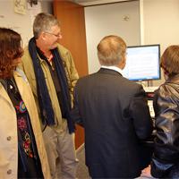 O casal Carvalho, pais de Tomás. A foto foi tirada durante uma visita à Rádio WHOV, onde Tomás apresentou um programa de espanhol juntamente com o Dr. Coronel.
