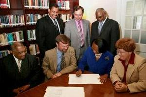 Hampton University and The John Leland Center for Theological Studies officials sign an articulation agreement.